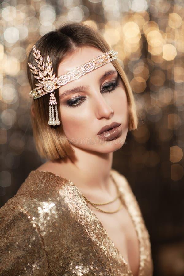 Портрет девушки в платье золота стоковая фотография rf