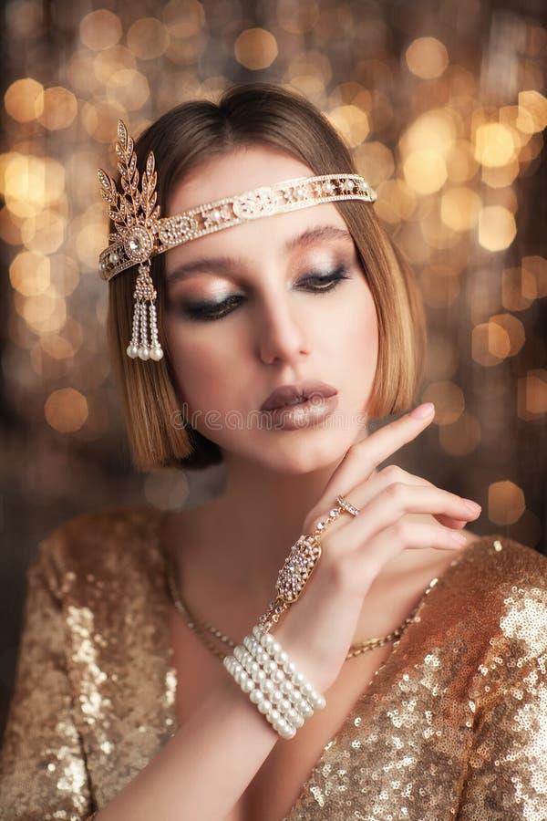 Портрет девушки в платье золота стоковые фото