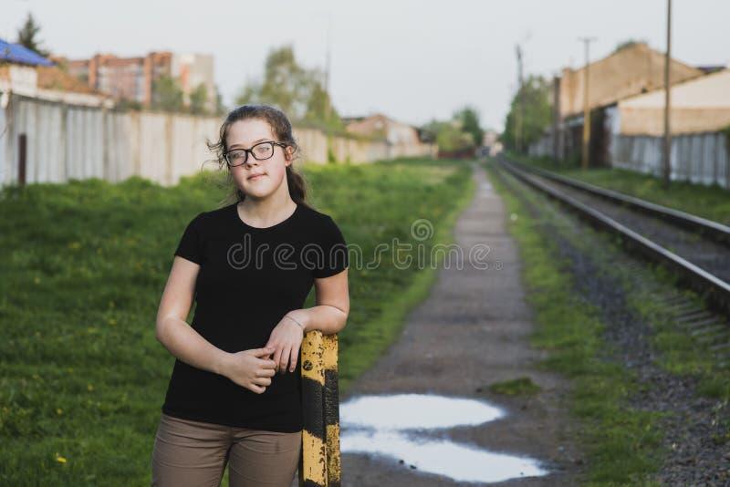 Портрет девушки в пригородном районе стоковое изображение rf