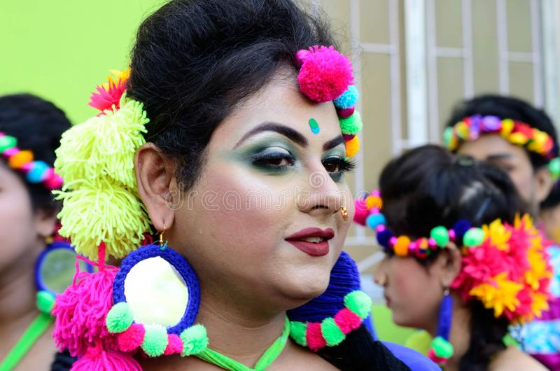 Портрет девушки одетой для того чтобы отпраздновать известное holi в kolka стоковые фотографии rf