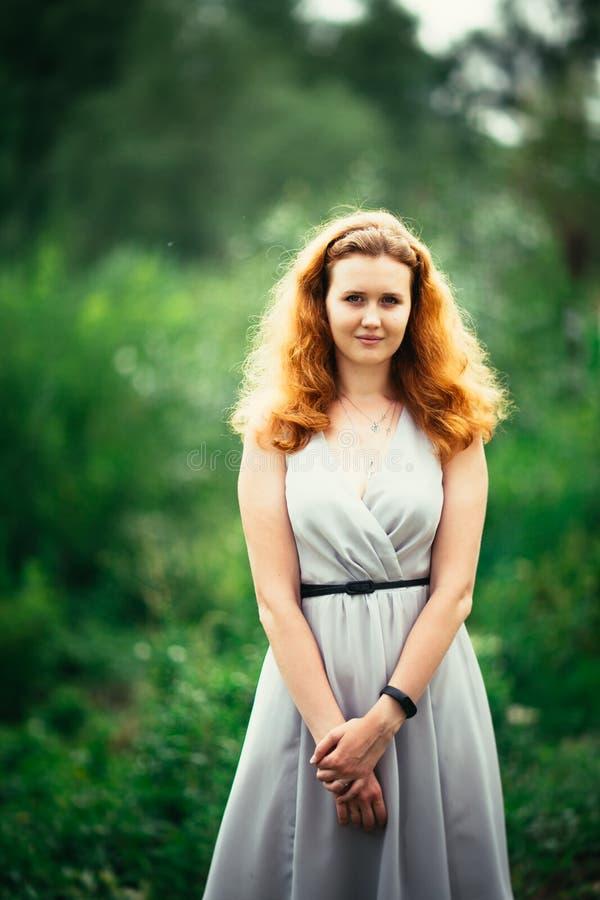 Портрет девушки против предпосылки природы стоковое изображение rf