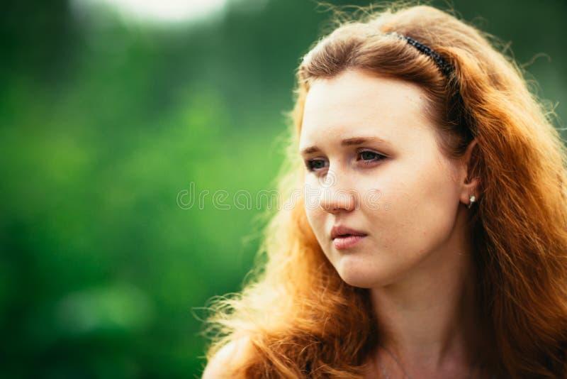 Портрет девушки против предпосылки природы стоковое фото rf