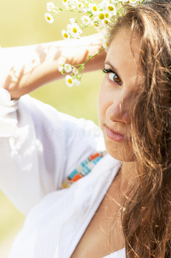 Портрет девушки с маргаритками в ее волосах стоковая фотография rf