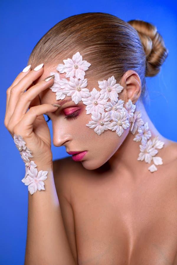 Портрет девушки с цветками на ее стороне стоковое изображение rf
