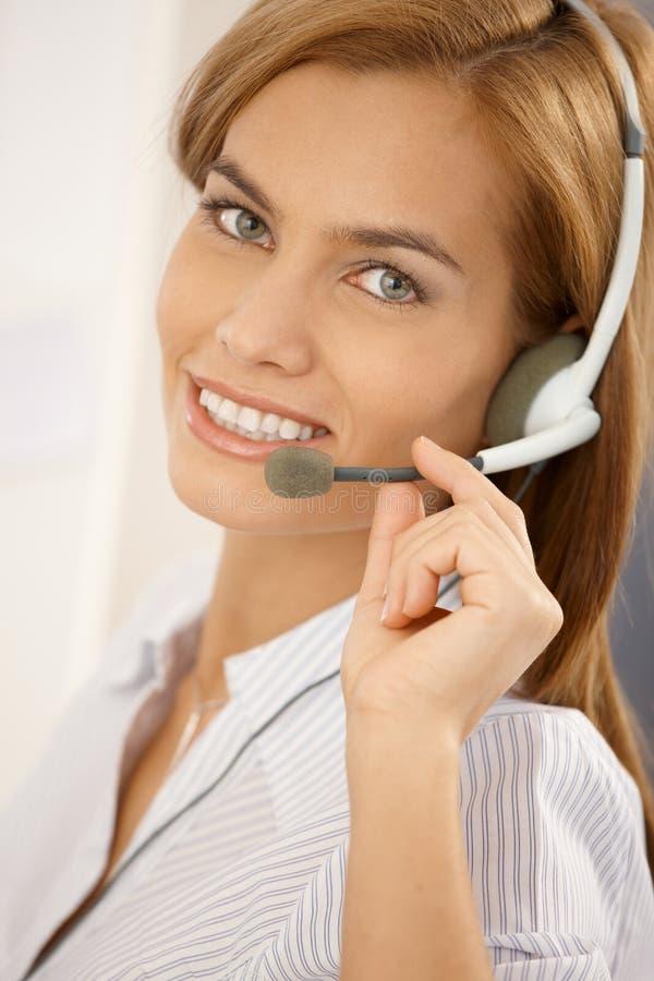 портрет девушки центра телефонного обслуживания уверенно стоковые изображения