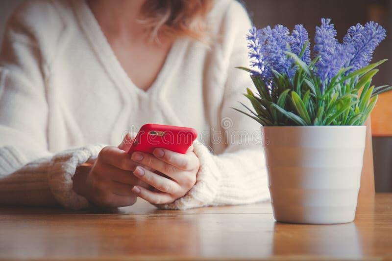 Портрет девушки redhead с мобильным телефоном стоковая фотография rf