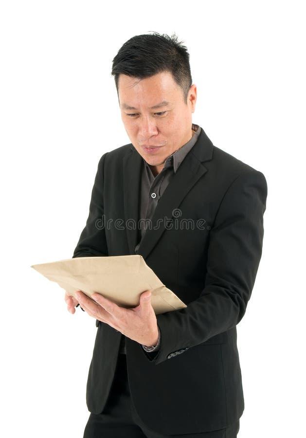 Портрет деталей обзора бизнесмена конверта с улыбками и вниманием - изолированными на белой предпосылке стоковые фотографии rf