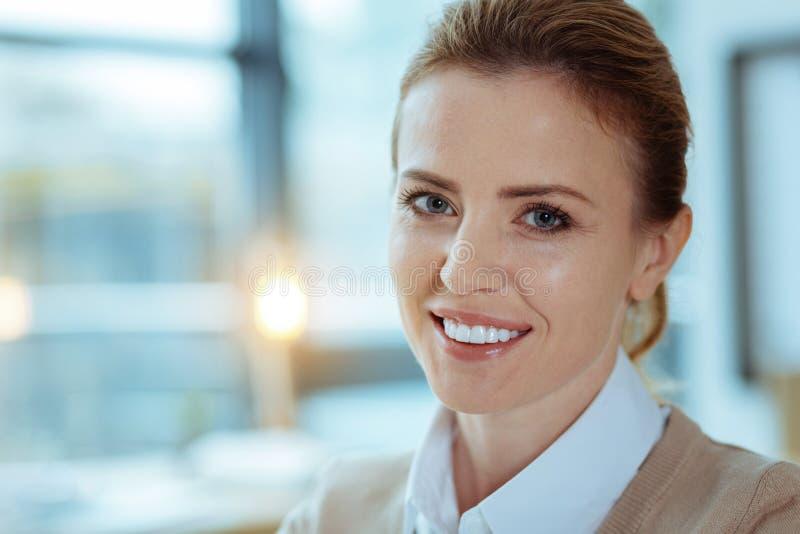 Портрет довольно женский того усмехаясь на камере стоковые изображения rf