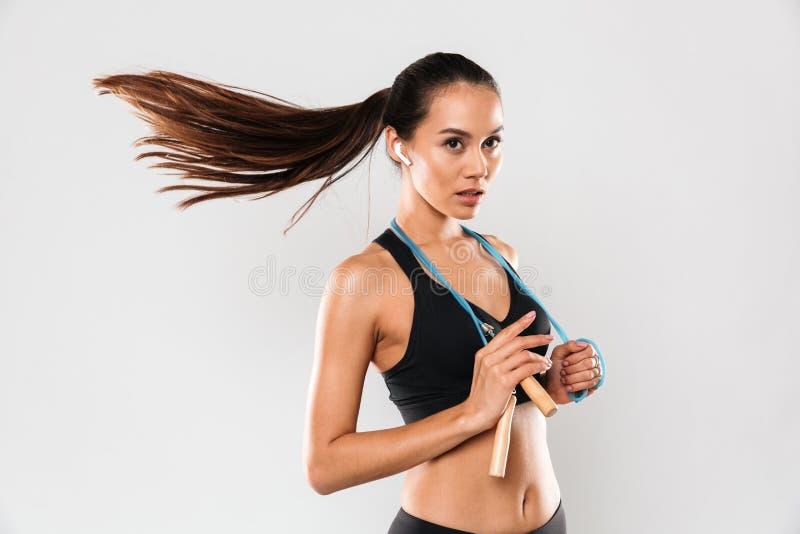 Портрет довольно молодой азиатской женщины фитнеса стоковое изображение rf