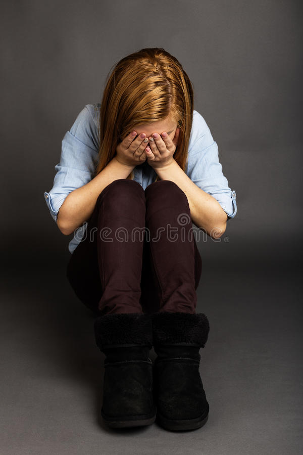 Портрет девочка-подростка покрывая ее сторону с руками стоковая фотография