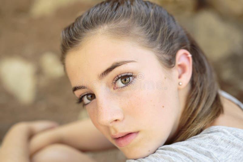 Портрет девочка-подростка с естественным светом стоковое фото rf