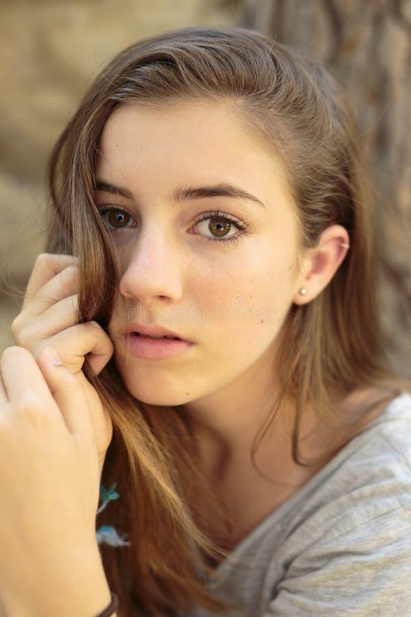 Портрет девочка-подростка с естественным светом стоковые фотографии rf