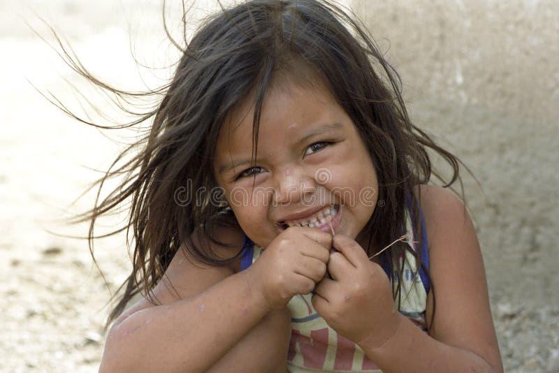 Портрет девушки латиноамериканца чистя ее зубы щеткой, Никарагуа стоковая фотография