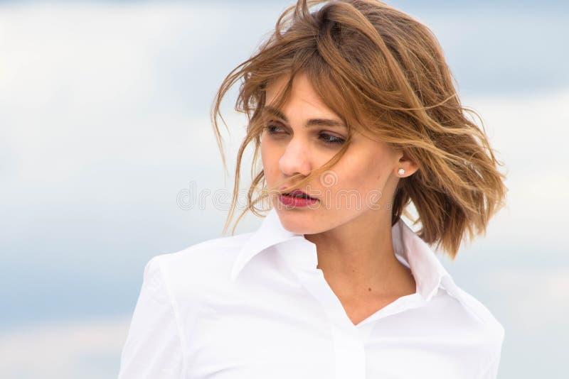 Портрет девушки в белой рубашке с летанием завивает стоковое фото