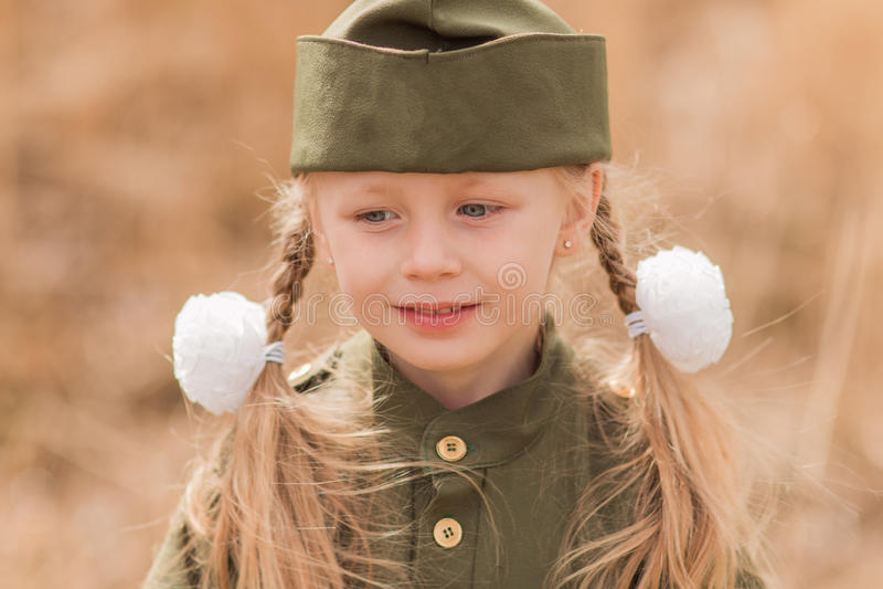 Портрет девушки в военной форме стоковые изображения rf