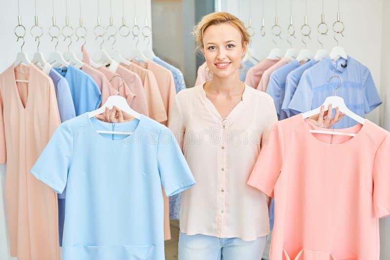 Портрет девушки в магазине одежды стоковое изображение rf