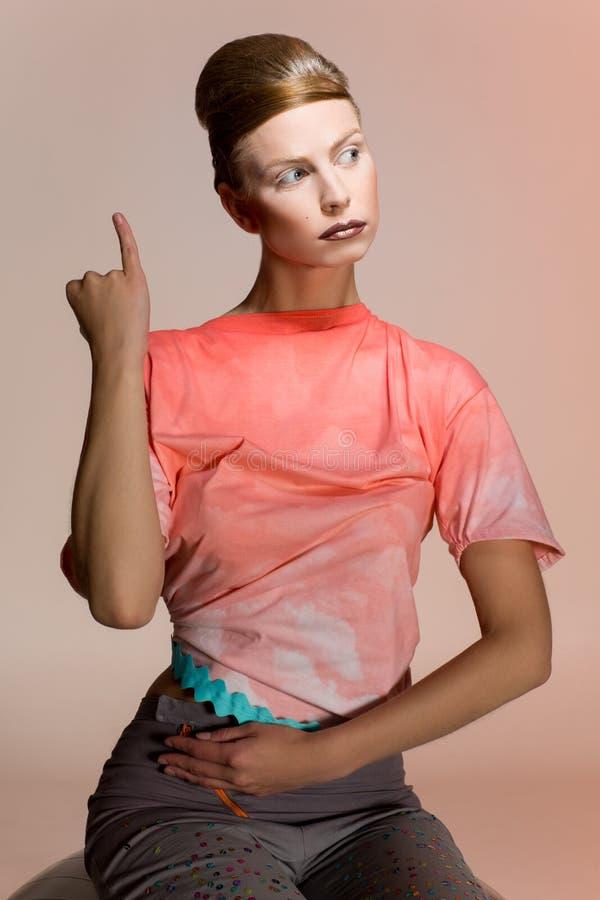 Портрет девушки в одеждах дизайна стоковые фото