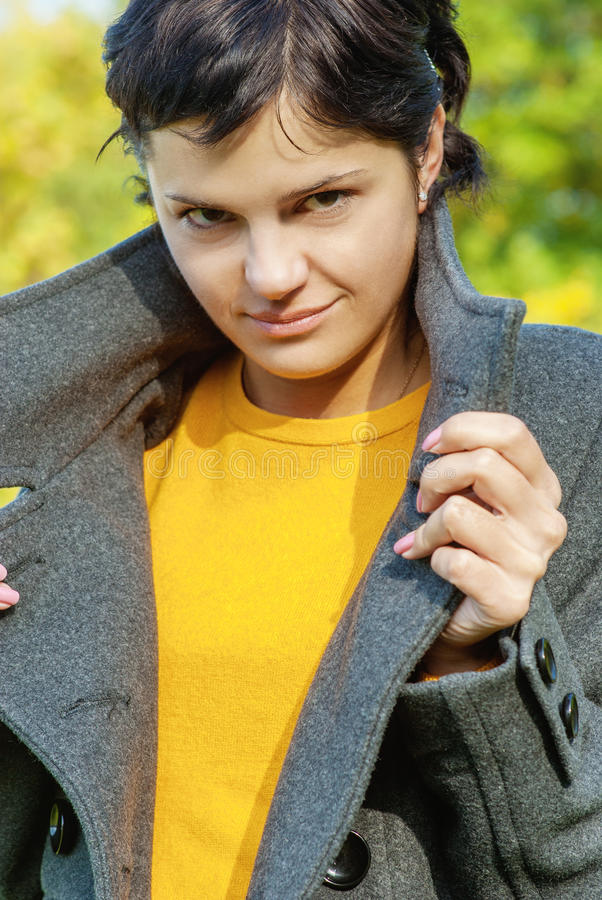 Портрет девушки в пальто стоковые изображения rf