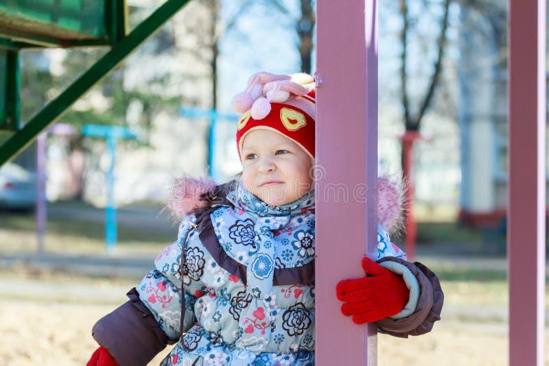 Портрет девушки детского сада в теплой осени стоковые фотографии rf