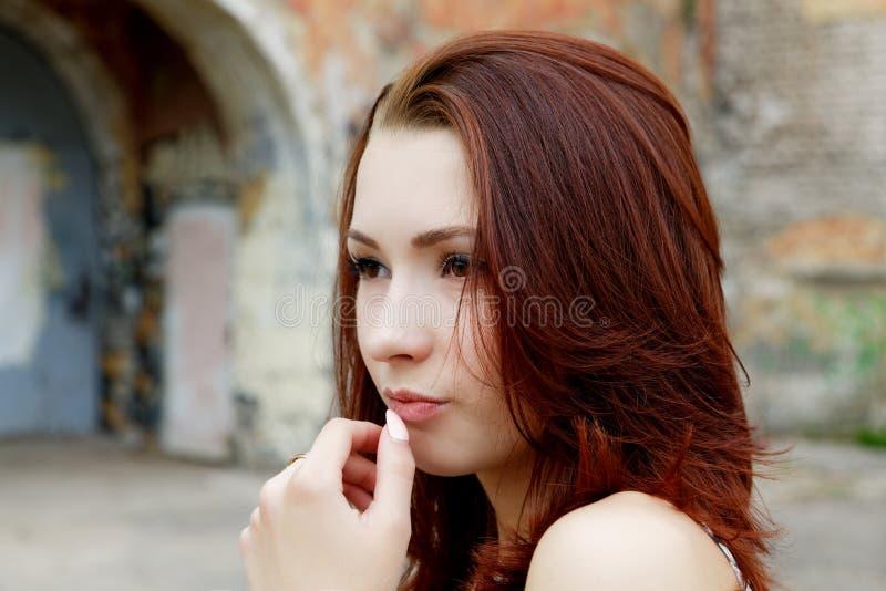 портрет девушки задумчивый стоковое изображение