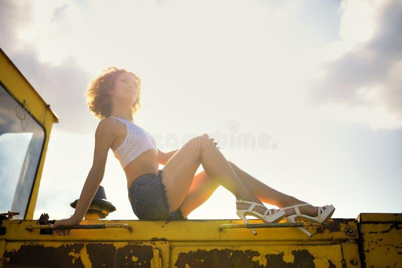 Портрет девушки красивой фермы сексуальной стоковое фото