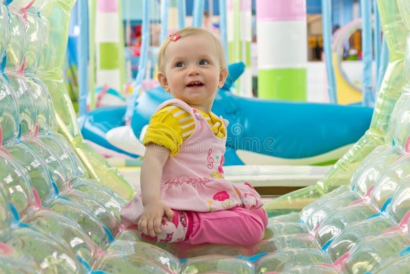 Портрет девушки малыша сидя в игровой стоковое фото rf