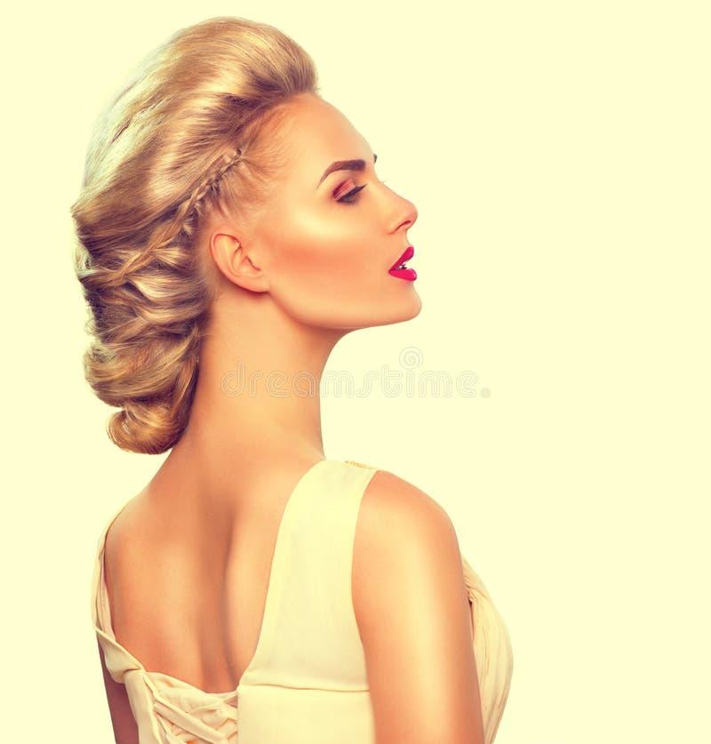 Портрет девушки моды с стилем причёсок updo стоковые фотографии rf