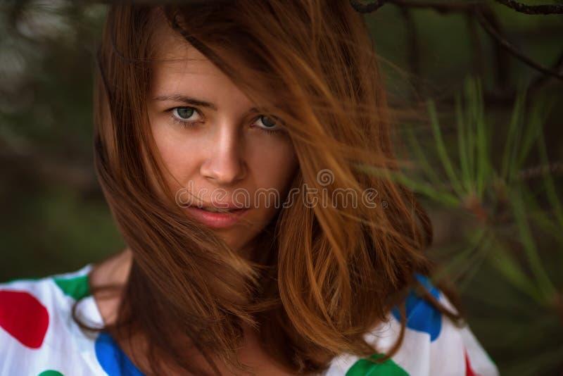 портрет девушки напольный стоковое изображение rf