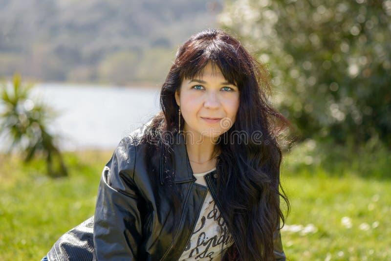 Портрет девушки на озере стоковое фото rf