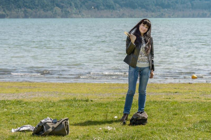Портрет девушки на пляже озера стоковая фотография