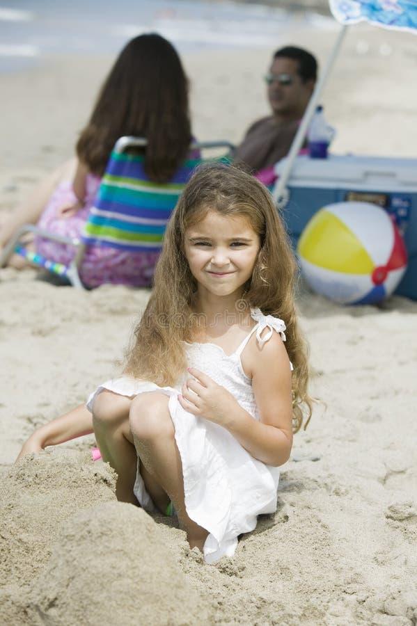 Портрет девушки на пляже parents в предпосылке стоковые фотографии rf
