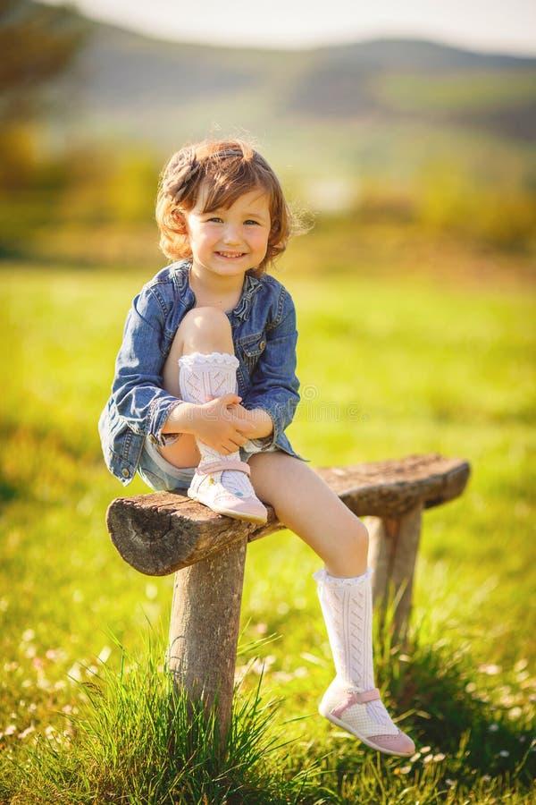 Портрет девушки на солнечный летний день стоковая фотография