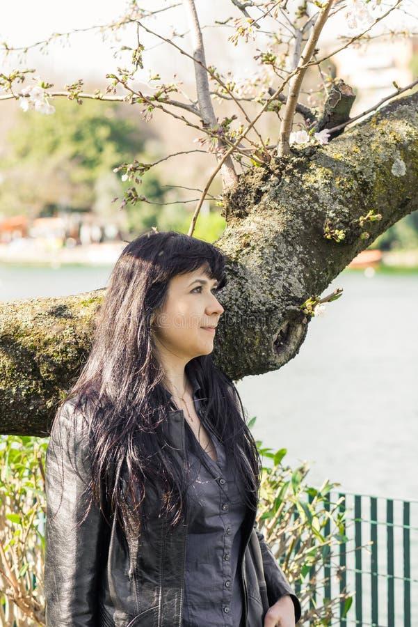 Портрет девушки около озера стоковое изображение