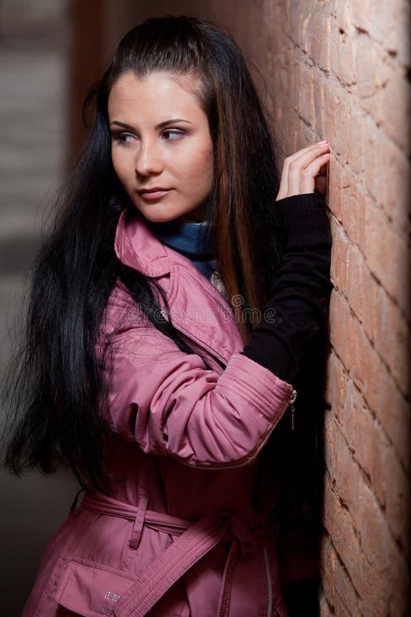 Портрет девушки около стены стоковые фотографии rf