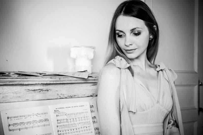 Портрет девушки о рояле стоковая фотография