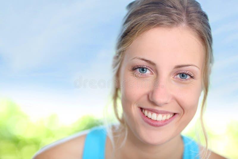 Портрет девушки подростка в одеждах лета стоковые изображения rf