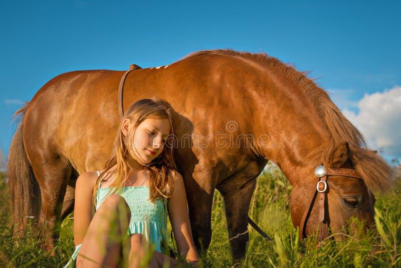 Портрет девушки с лошадью на природе стоковые фотографии rf