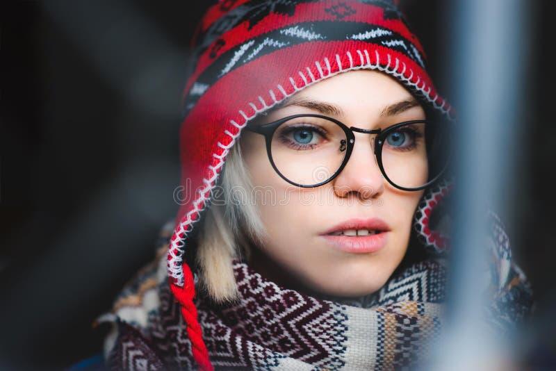 Портрет девушки с стеклами и шляпой стоковая фотография