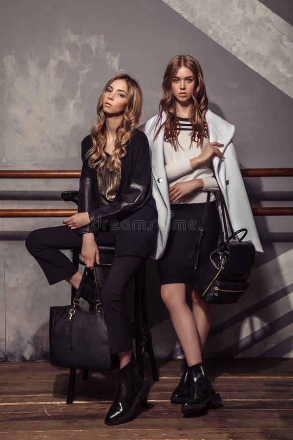 Портрет девушки 2 фотомоделей полнометражный в вскользь одеждах стоковое фото rf