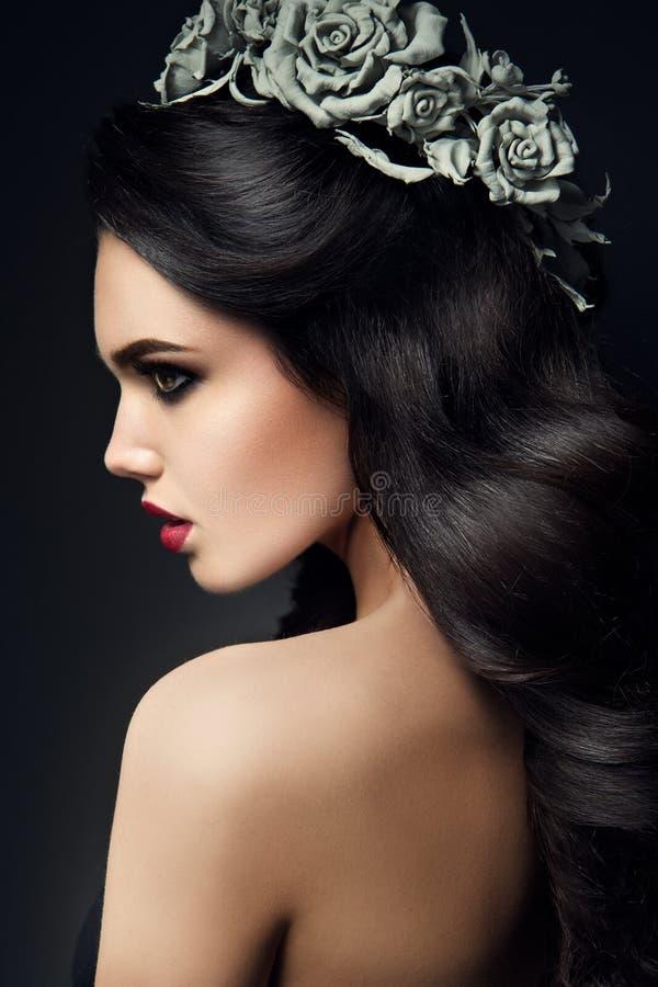 Портрет девушки фотомодели красоты с серыми розами стоковая фотография rf