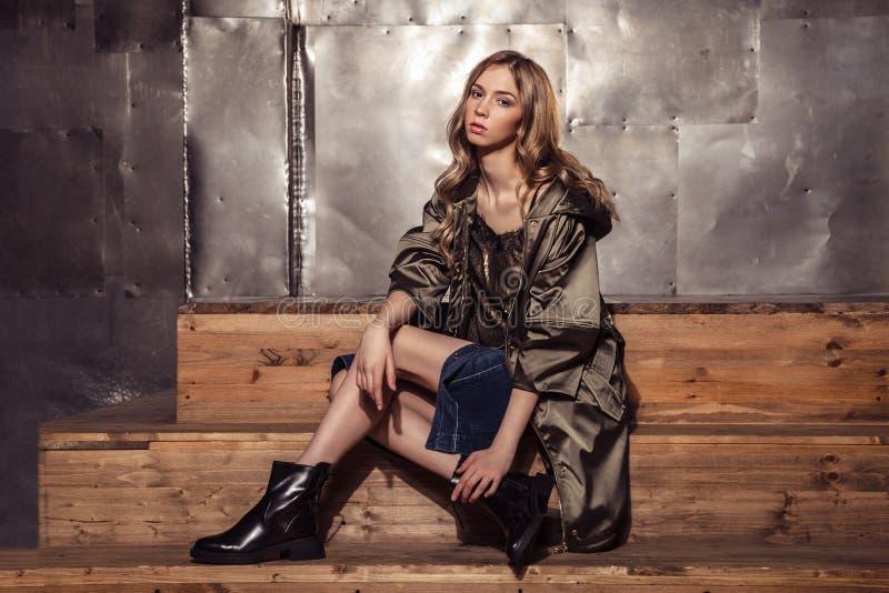 Портрет девушки фотомодели полнометражный в коричневом пальто высоко стоковое изображение rf