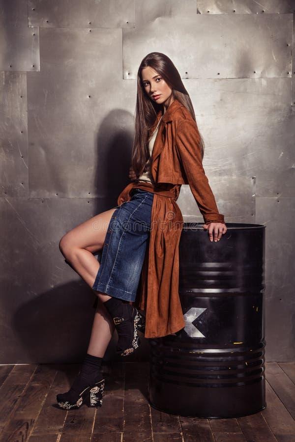Портрет девушки фотомодели полнометражный в коричневом пальто с m стоковое фото