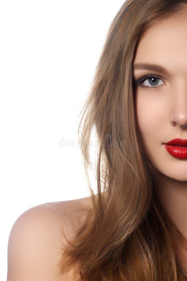 Портрет девушки фотомодели с длинными дуя волосами Женщина очарования красивая с волосами здоровых и красоты Брайна Косметики вол стоковое фото rf