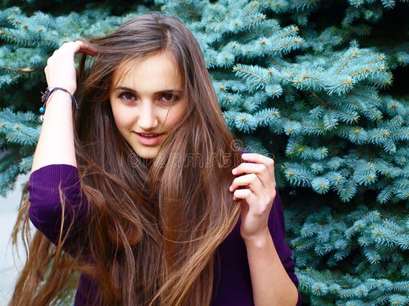 Download Портрет девушки стоковое изображение. изображение насчитывающей посмотрите - 33728245