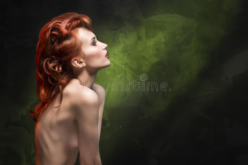 Портрет девушки redhead на зеленой предпосылке градиента стоковое изображение