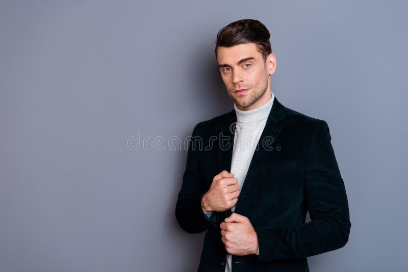 Портрет его он свитер блейзера вельвета славного красивого привлекательного первоклассного шикарного бородатого парня нося изолир стоковое фото rf