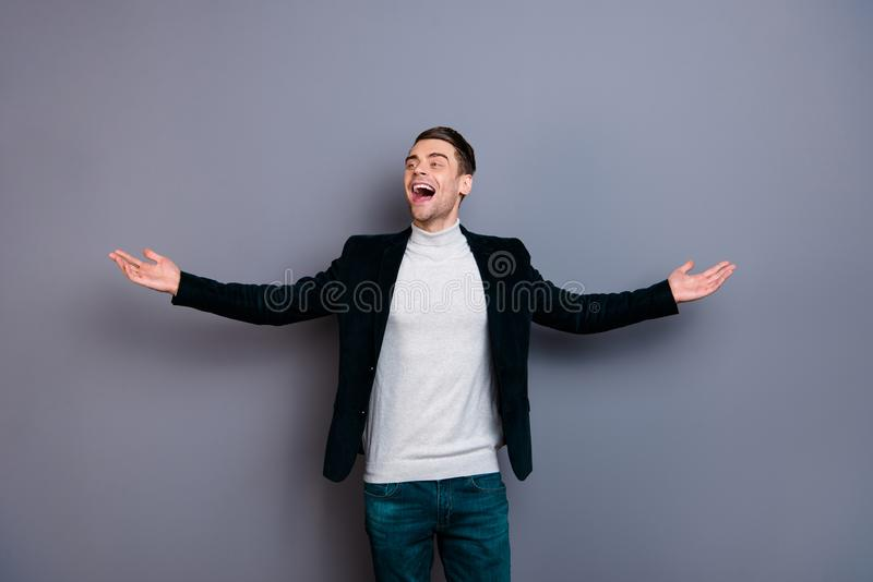 Портрет его он свобода свитера блейзера вельвета славного милого красивого привлекательного свободного жизнерадостного веселого п стоковое фото