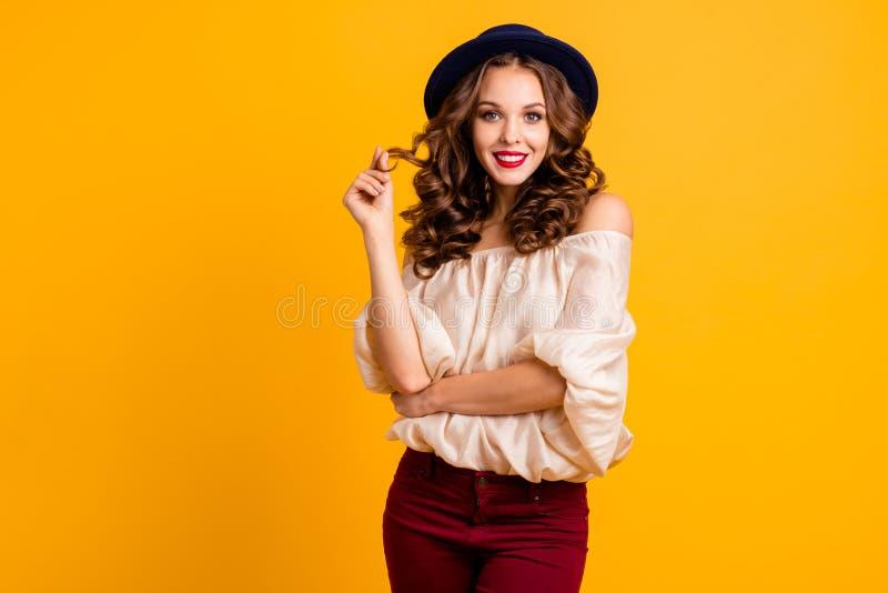 Портрет ее она выглядящая славн привлекательная завораживающая winsome прекрасная милая жизнерадостная веселая girlish волнист-с  стоковые фотографии rf