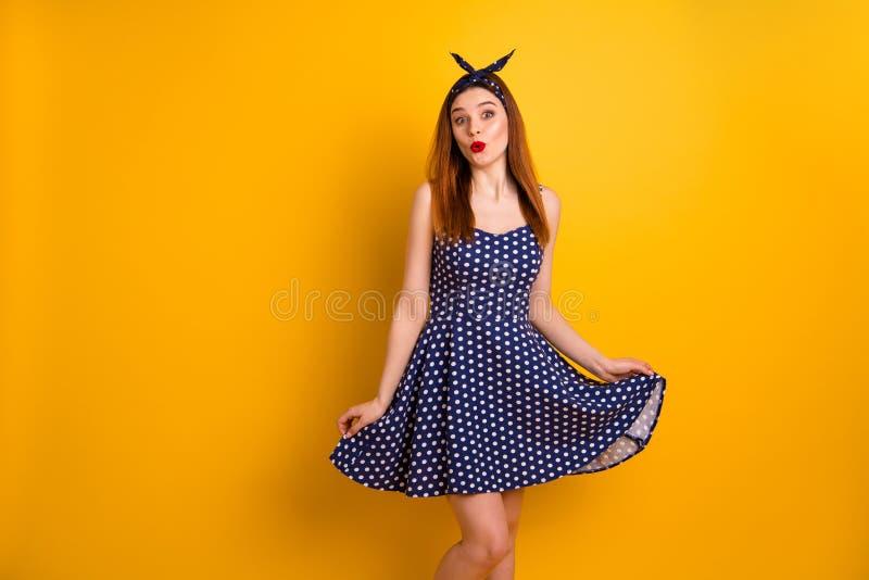 Портрет ее она выглядящая славн привлекательная прекрасная girlish flirty смешная жизнерадостная веселая прям-с волосами девушка  стоковая фотография rf