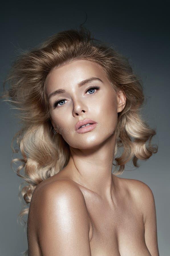 Портрет естественной белокурой девушки с совершенной кожей и длинной скручиваемостью стоковое фото rf